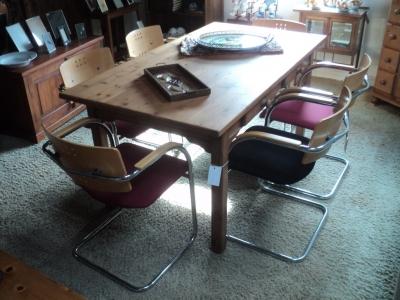 Buisframe stoelen met gekleurde zittingen